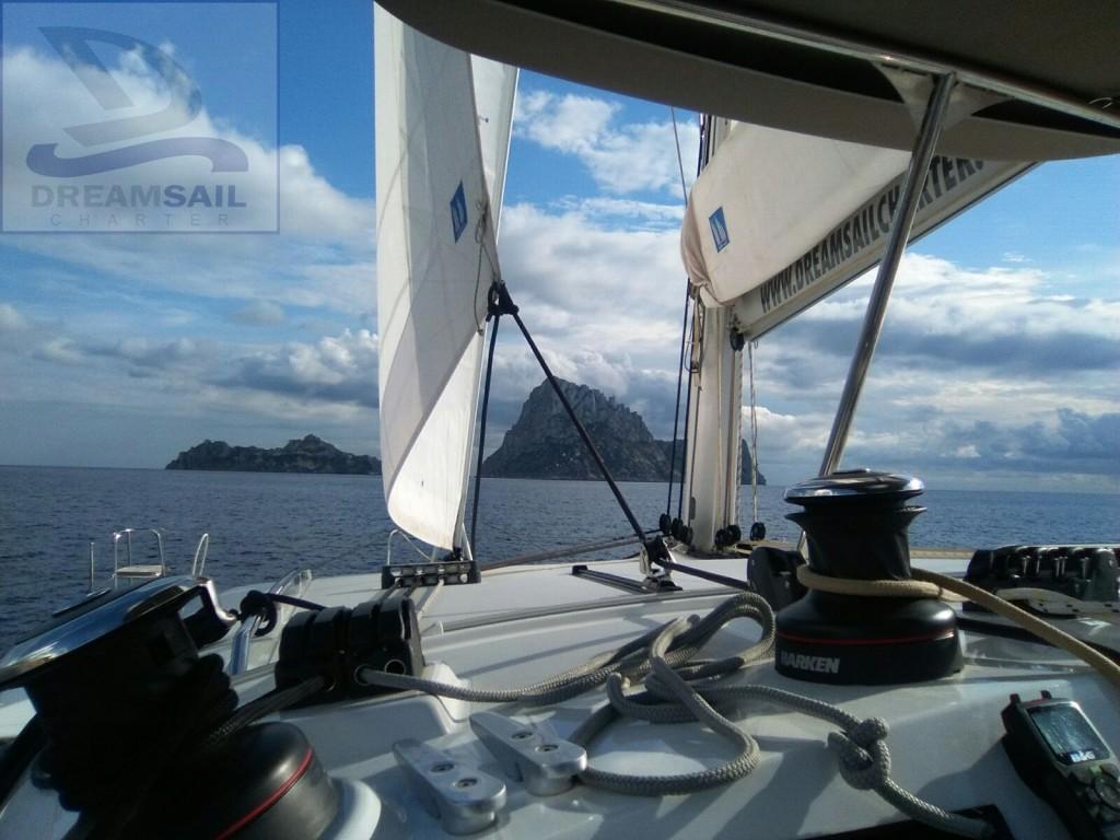 Lagoon 400 S2 navegando rumbo a Es Vedrá